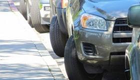 Почему не стоит парковать автомобиль, выворачивая при этом колеса
