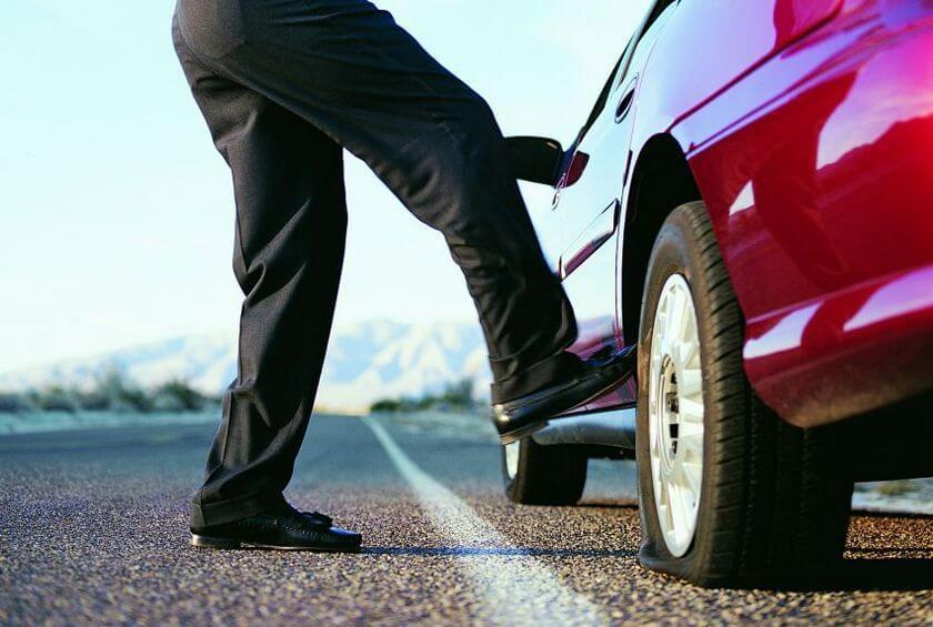 Зачем опытные водители пинают колеса авто, прежде чем сесть за руль